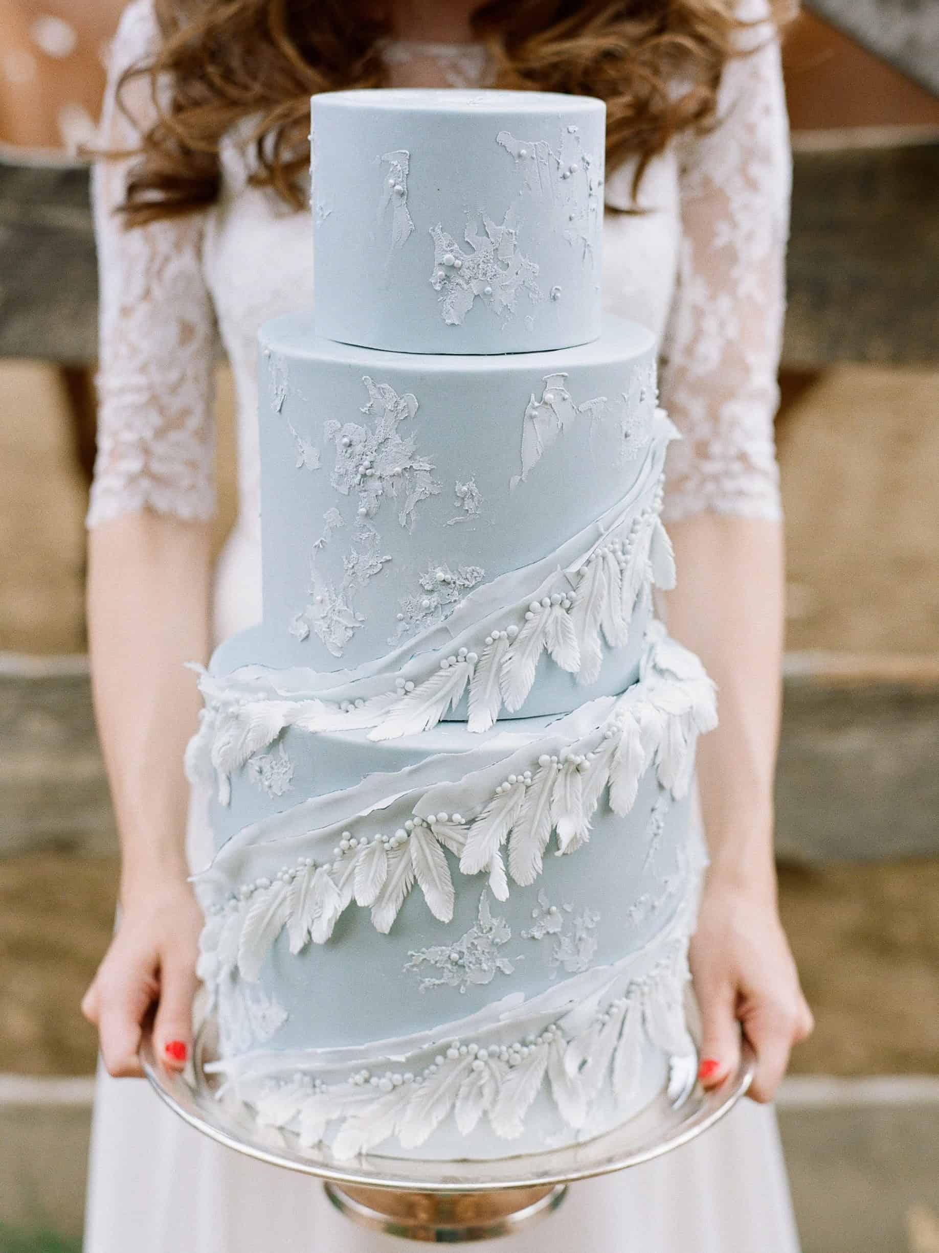 γαλάζια γαμήλια τούρτα με φτερά