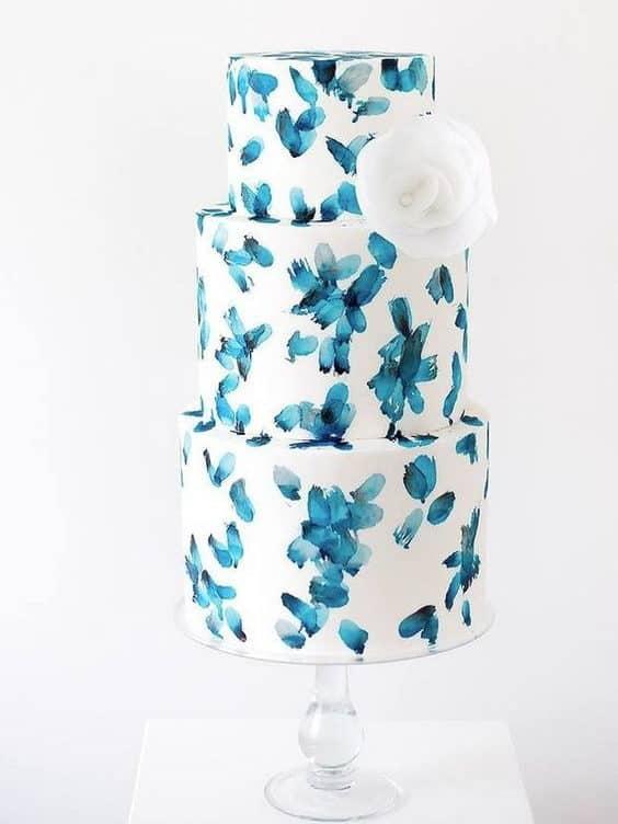 γαμήλια τούρτα με μπλε πινελίες που μοιάζουμε με λουλουδία