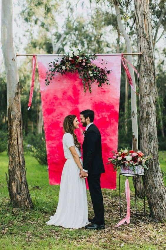 γαμήλιο φόντο σε φούξια χρώμα με λουλούδια