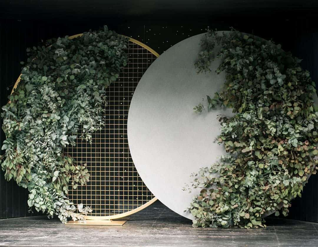 wedding backdrop with circle concrete and leaves