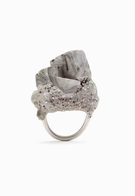μονόπετρο με πέτρες που θυμίζουν τσιμέντο