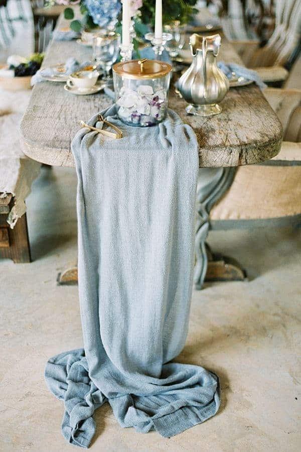 γαμήλιο τραπέζι με διακόσμηση από γαλάζια υφάσματα