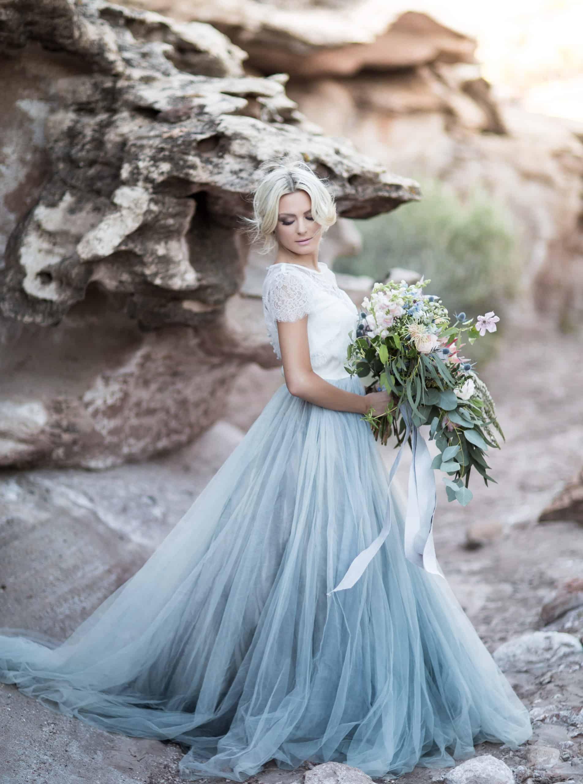 νύφη με νυφικό με αποχρώσεις του γαλάζιου