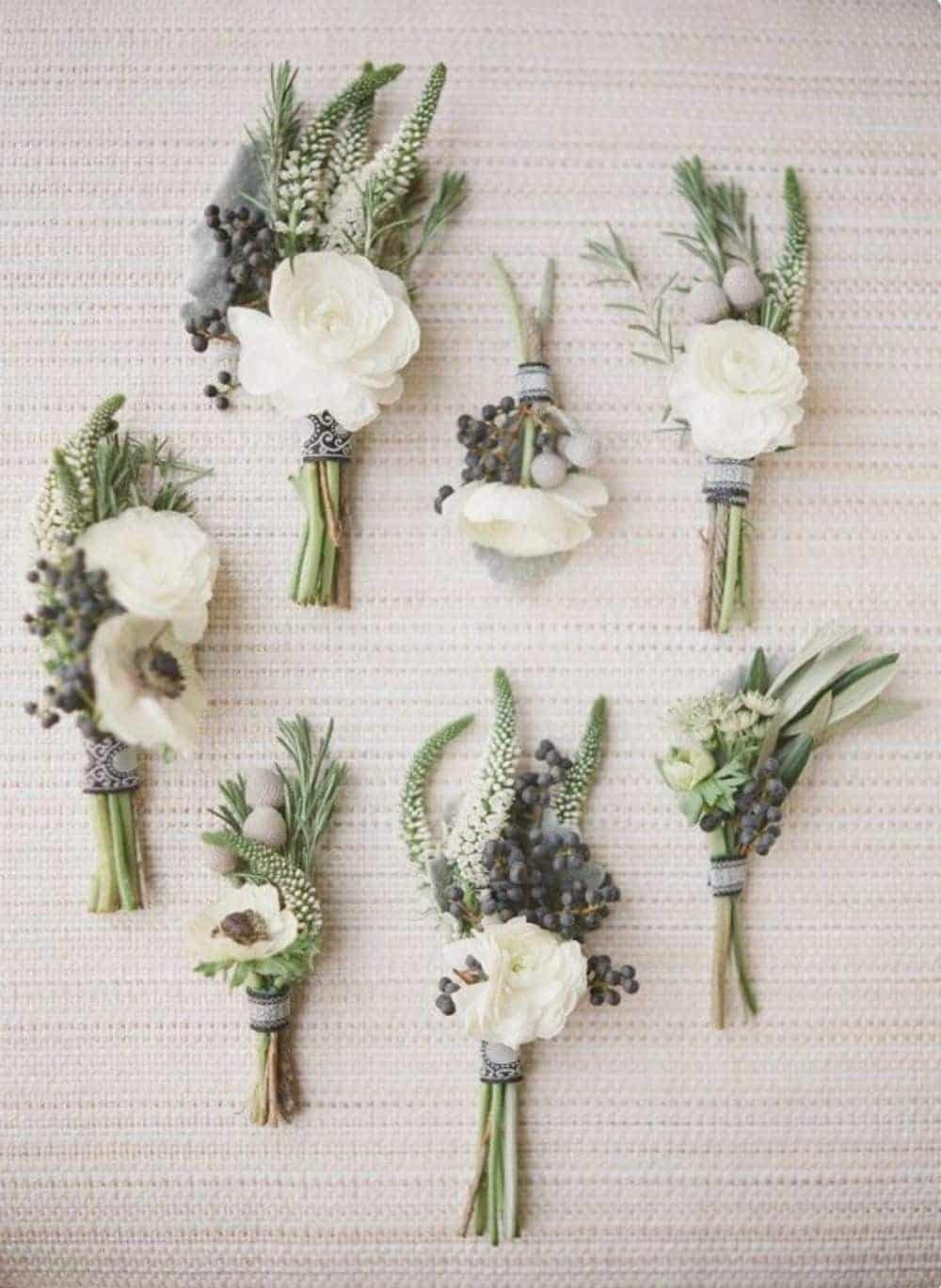 μπουτονιέρες με λευκά λουλούδια και πρασινάδα