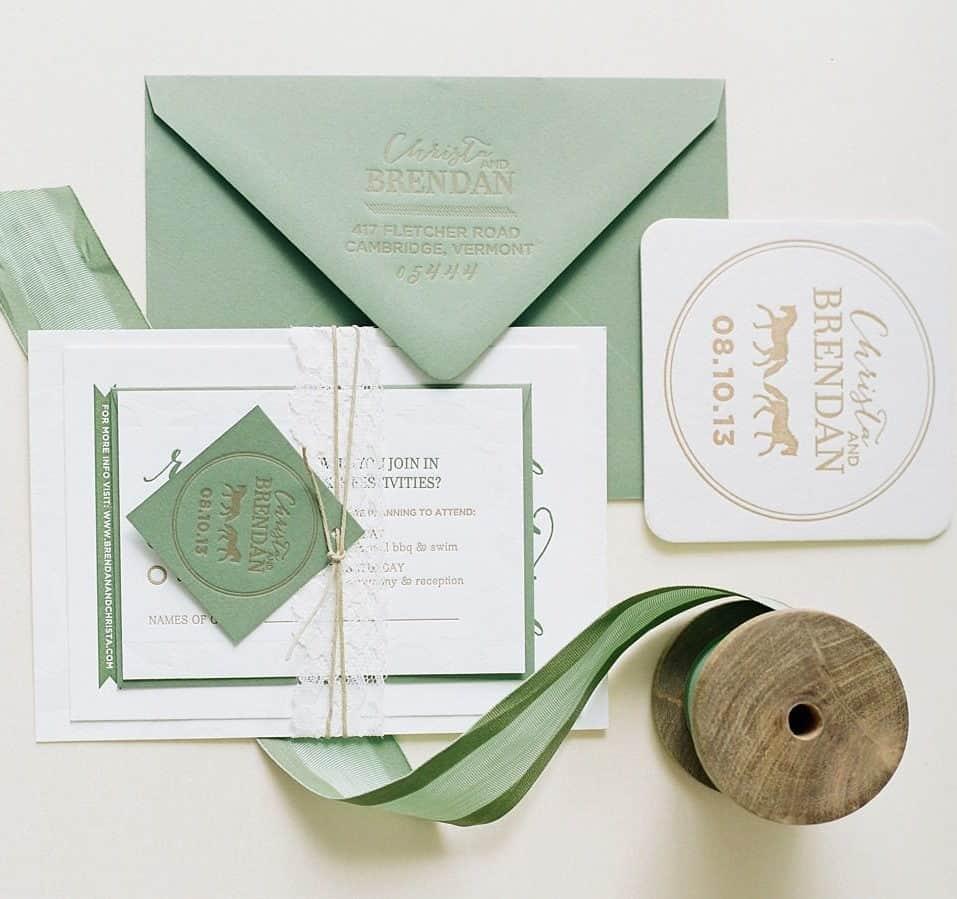 γαμήλια πρόσκληση σε αποχρώσεις του απαλού πράσινου