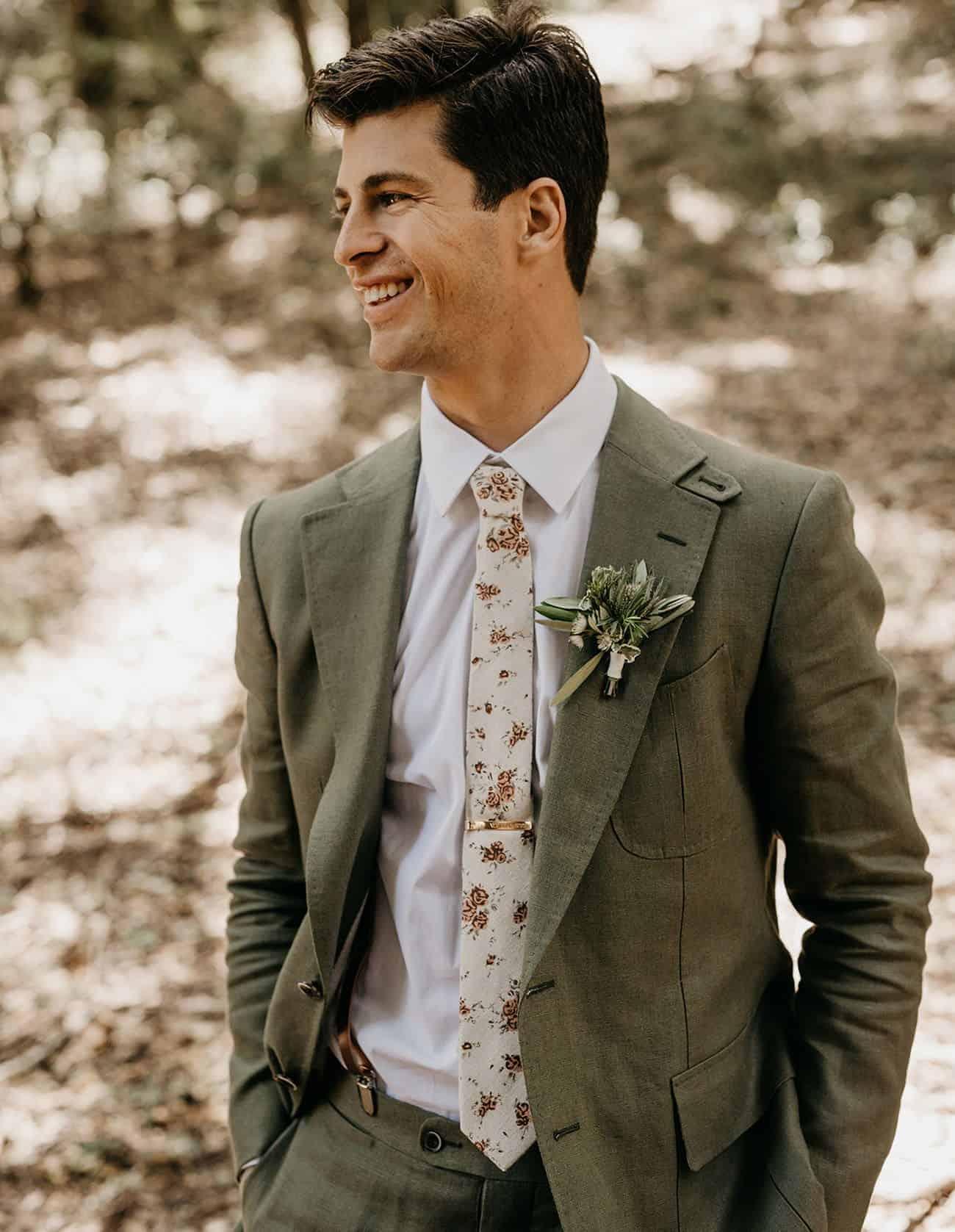 γαμπριάτικο κοστούμι σε πράσινο χρώμα με λουλουδένια γραβάτα