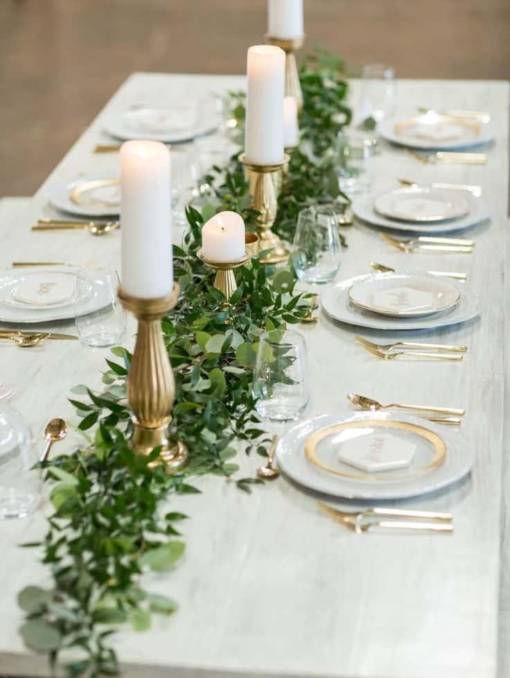 γαμήλιο δείπνο διακοσμημένο με κορδέλα από πρασινάδα και κεριά