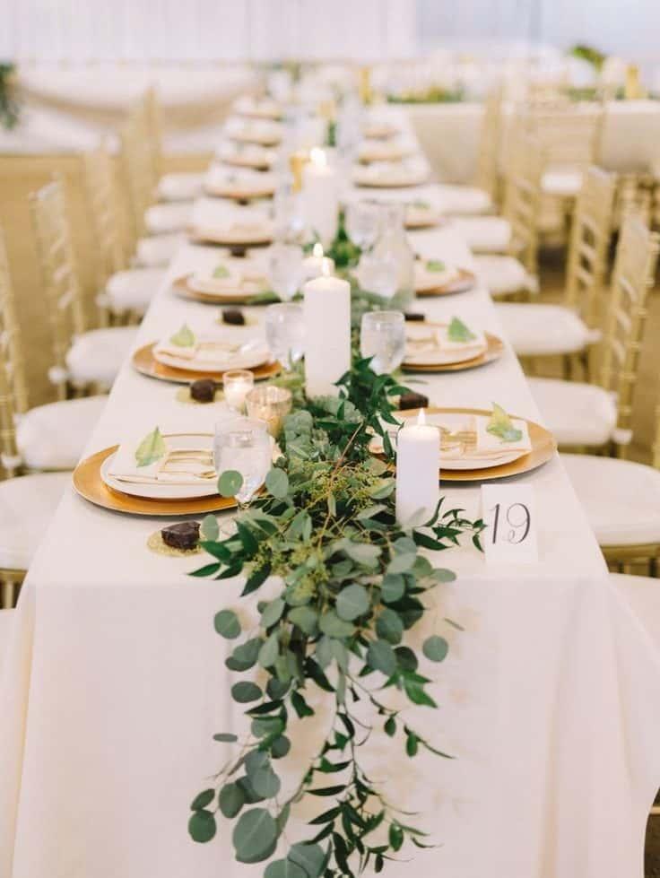 γαμήλιο δείπνο διακοσμημένο με κορδέλα από πρασινάδα