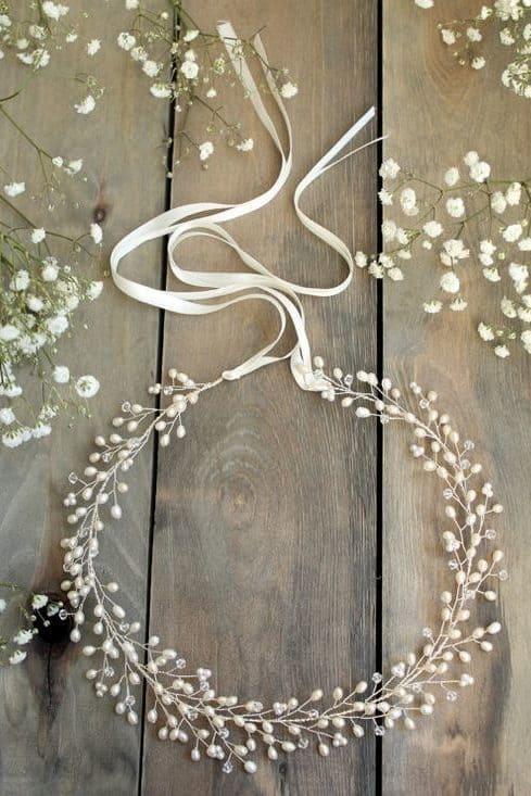 στέφανα γάμου με λεπτομέρειες από λευκά μαργαριτάρια