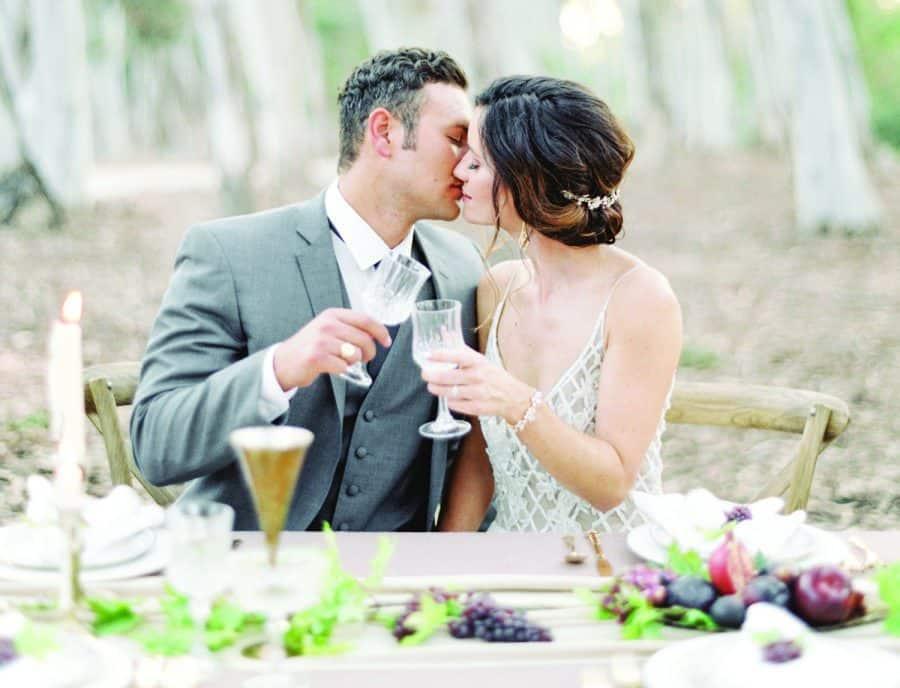νύφη και γαμπρός στο τραπέζι της γαμήλιας δεξίωσης