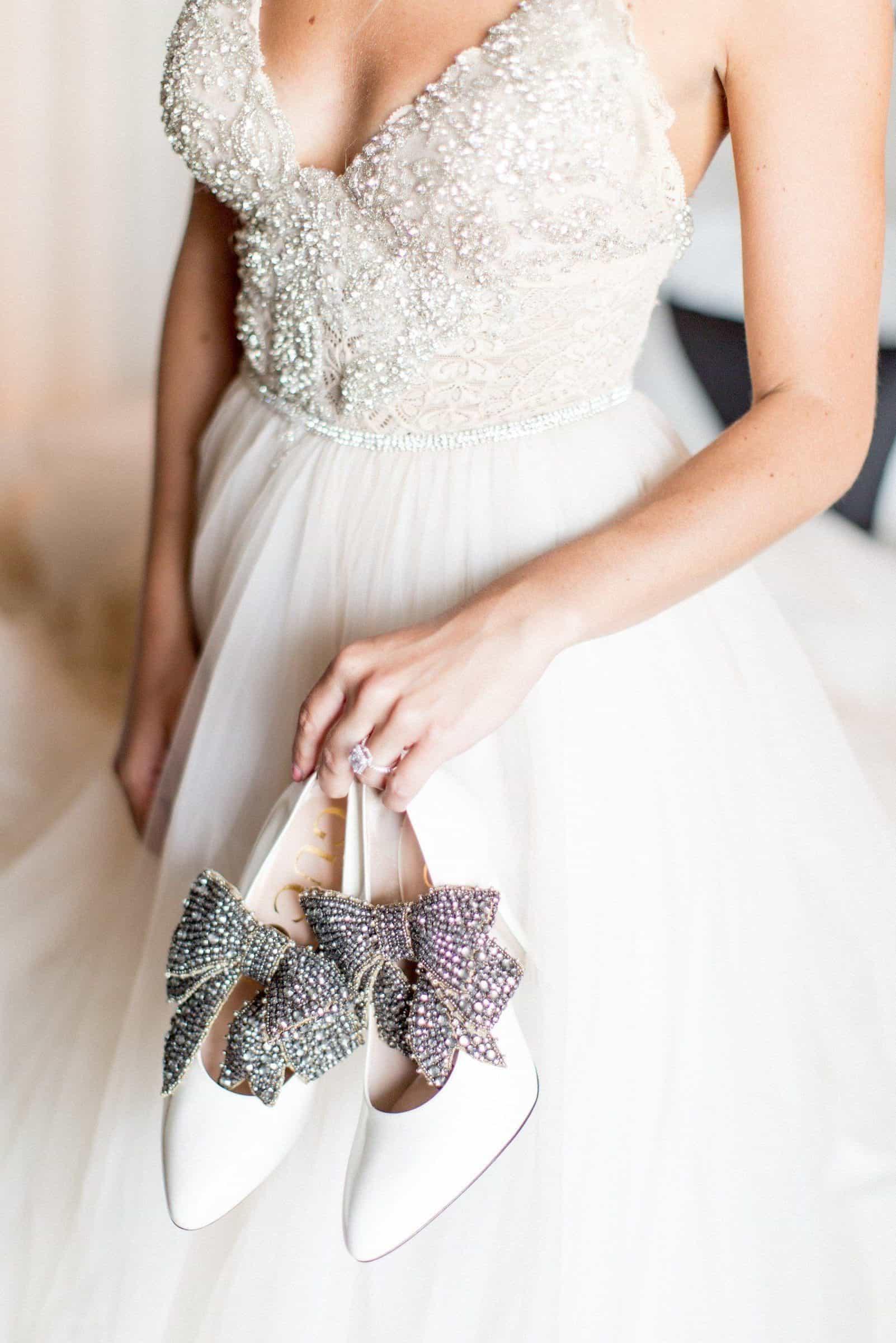 νύφη κρατάει νυφικά παπούτσια