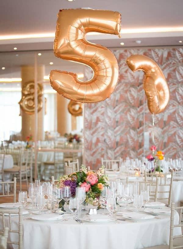 γαμήλιο δείπνο αρίθμηση τραπεζιών με μπαλόνια σε μεταλικό χρώμα