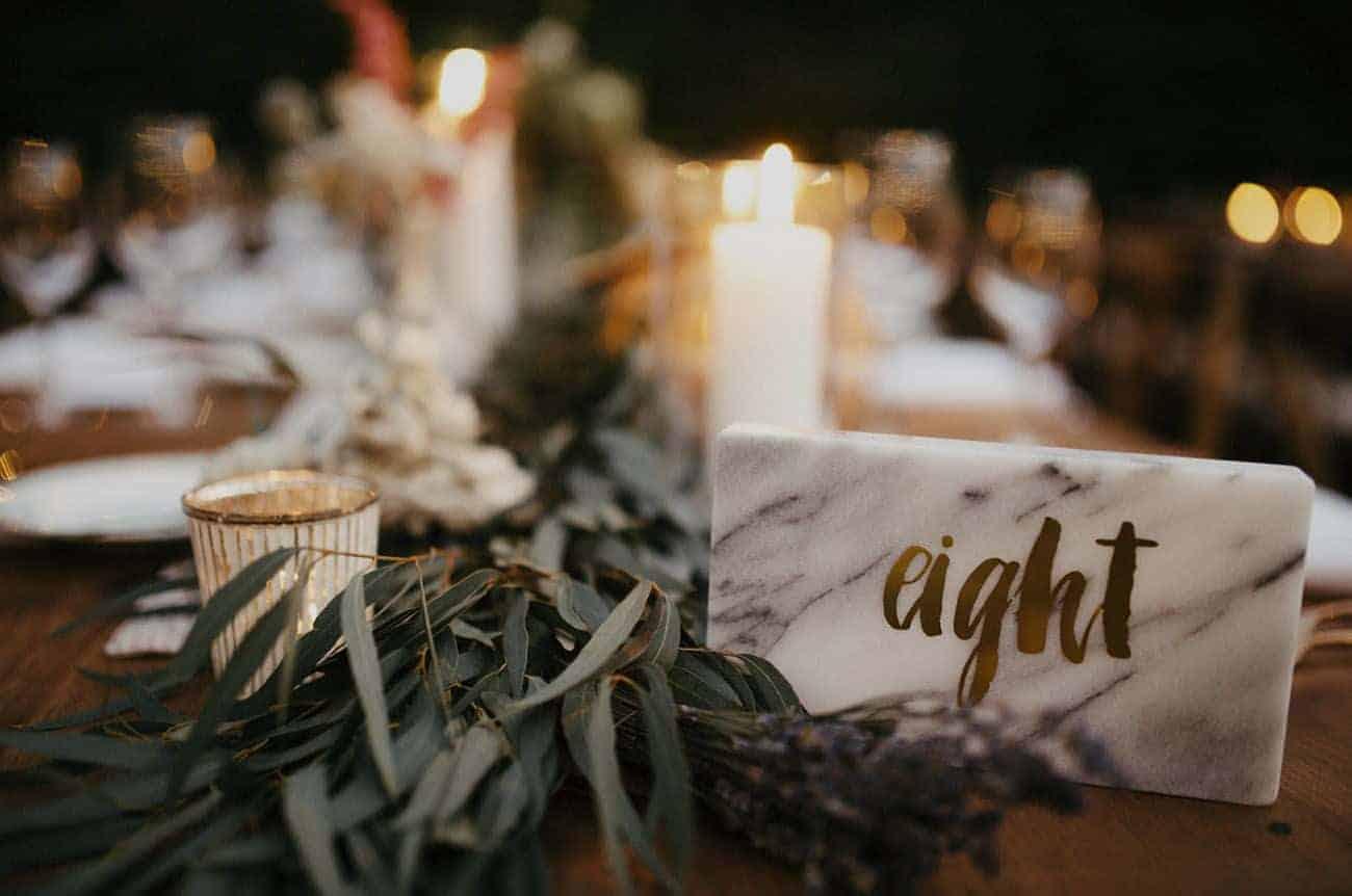 γαμήλιο δείπνο αρίθμηση τραπεζιών με μάρμαρο με τον αριθμό σε χρυσά γράμματα