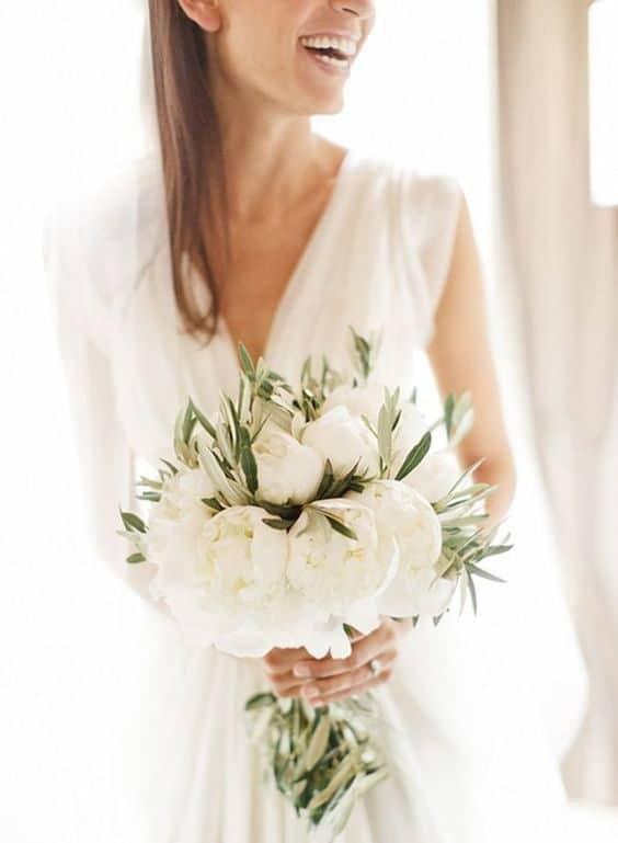 γαμήλιο μπουκέτο με λευκές παιώνιες και φύλλα ελίας