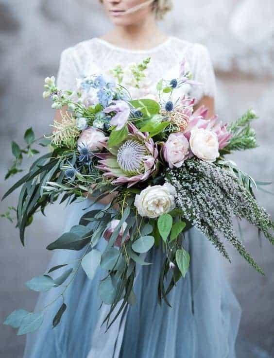 ογκώδες γαμήλια ανθοδέσμη με αποχρώσεις του γαλάζιου και του ροζ