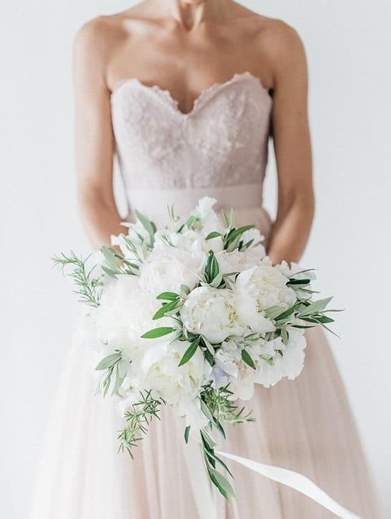 γαμήλια ανθοδέσμη σε σχήμα καταρράχτη, από ένα μόνο είδος λουλουδιών