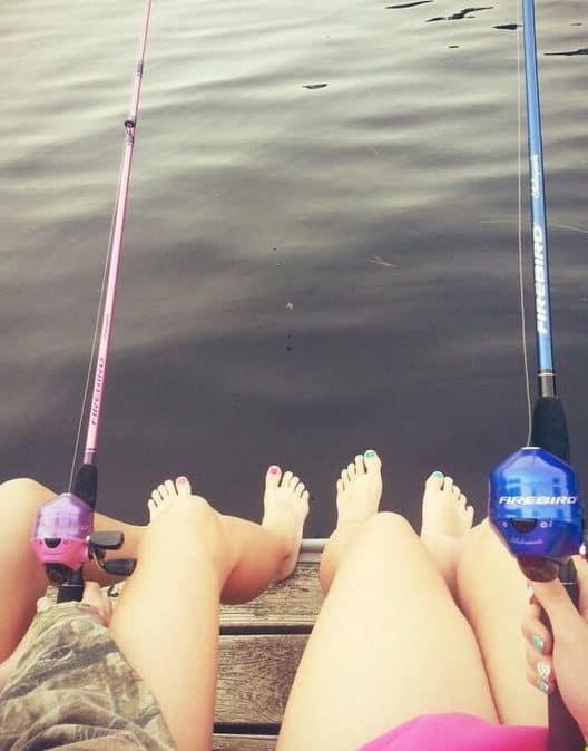δύο κοπέλες ψαρέυουν στην θάλασσα με καλάμια