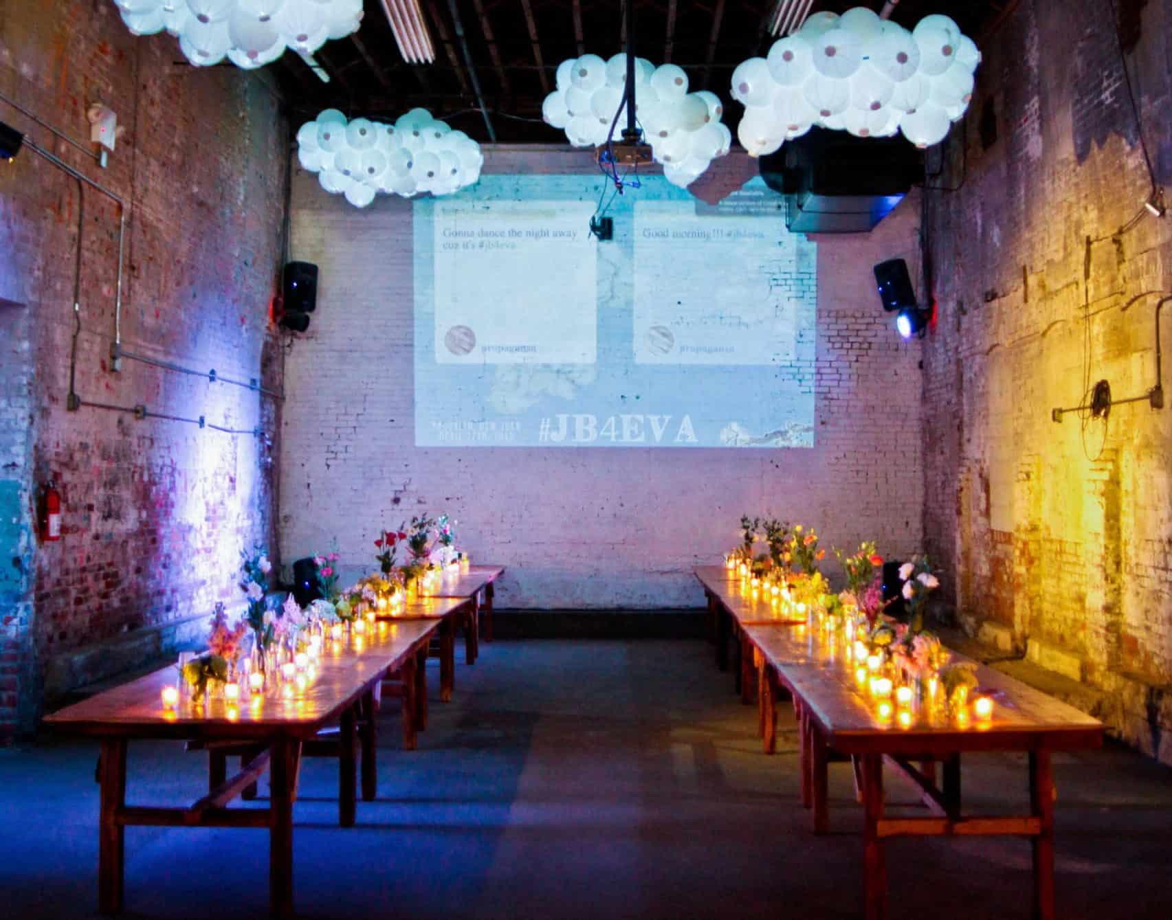 διακόσμηση χώρου με κεριά και λουλουδία