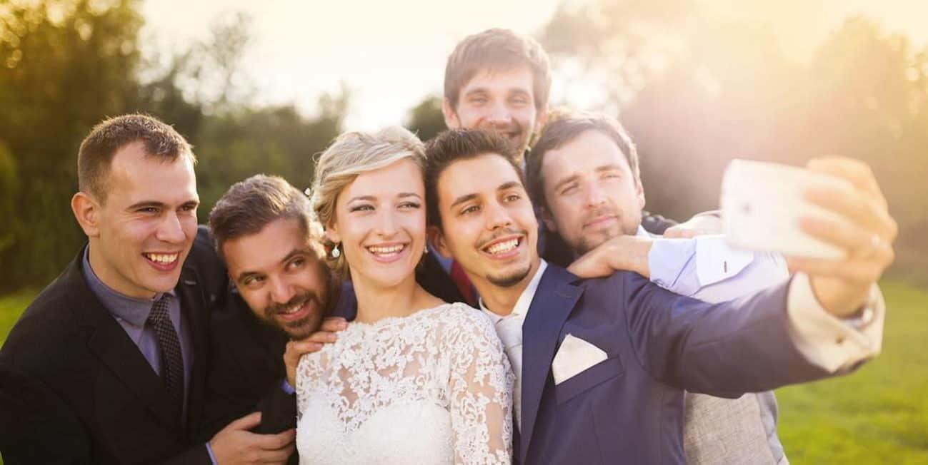 selfie φωτογραφία η νύφη ο γαμπρός και οι φίλοι τους