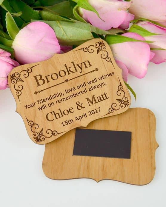 γαμήλια πρόσκληση σε ξύλινο μαγνήτη