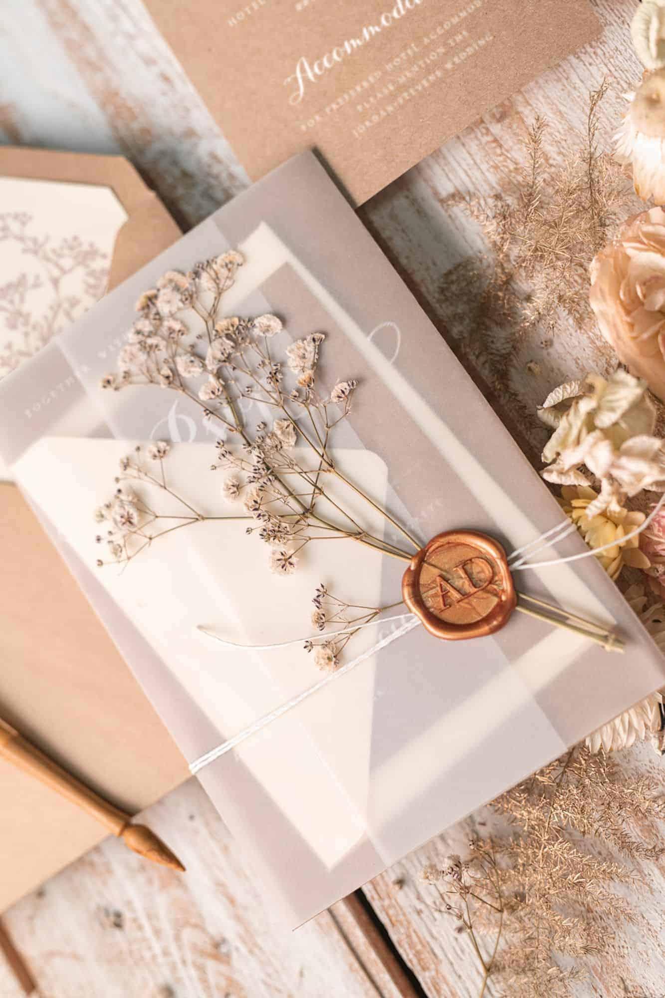 γαμήλια πρόσκληση με tracing paper , βουλοκέρι και αποξυραμένο γυψόφυλλο