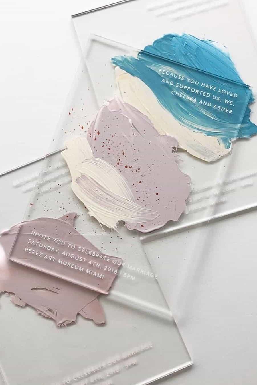γαμήλια πρόσκληση σε διάφανο plexiglass με πινελίες από ακριλικό