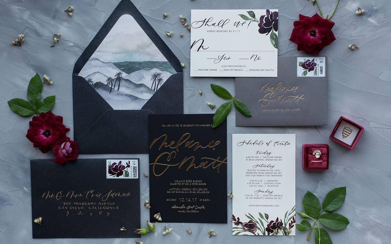 γαμήλια πρόσκληση σε μαύρο χρώμα με foil χρυσό και μπορντό λεπτομέριες