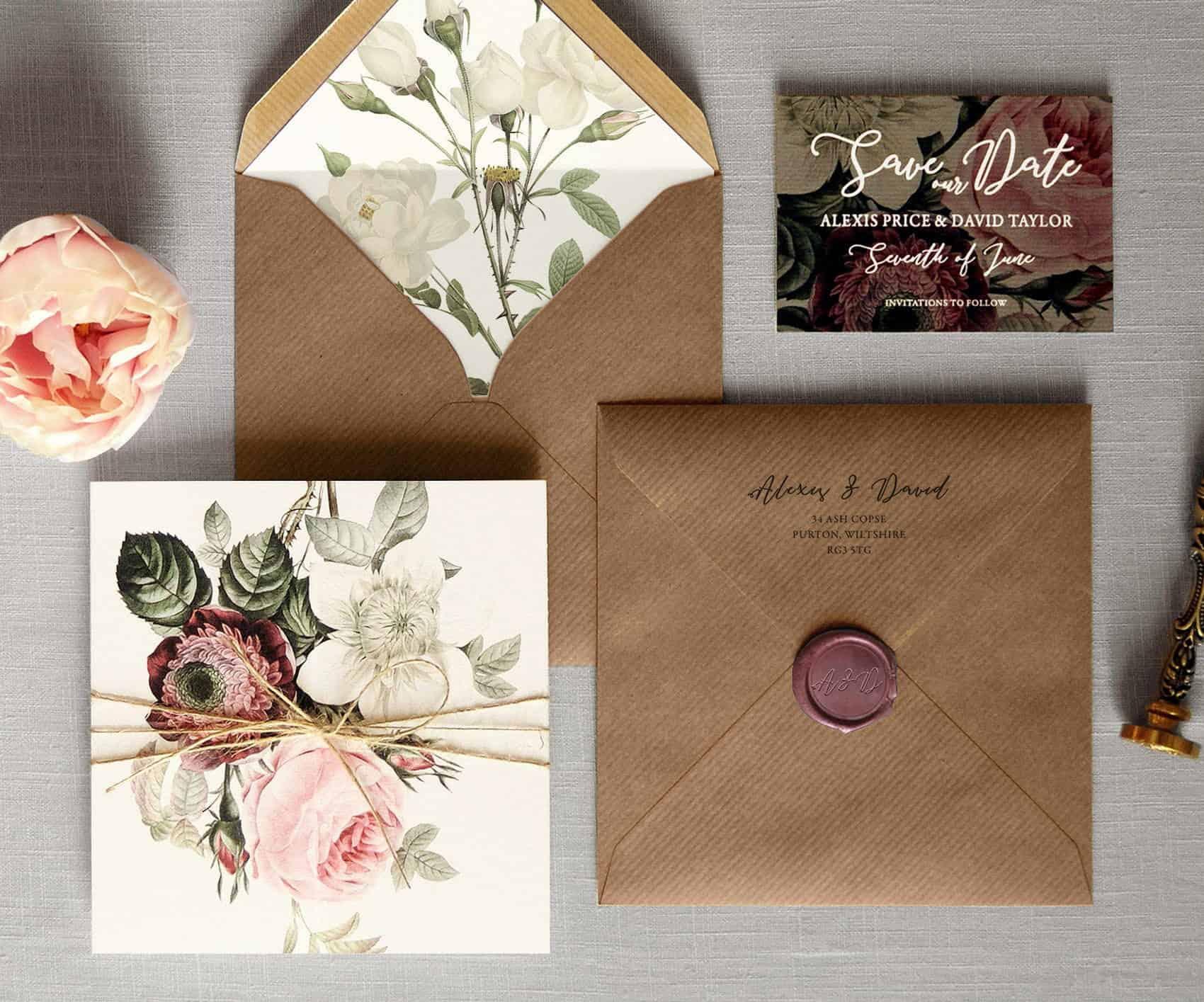 γαμήλια πρόσκληση με craft φάκελο, βουλοκέρι και λουλούδια