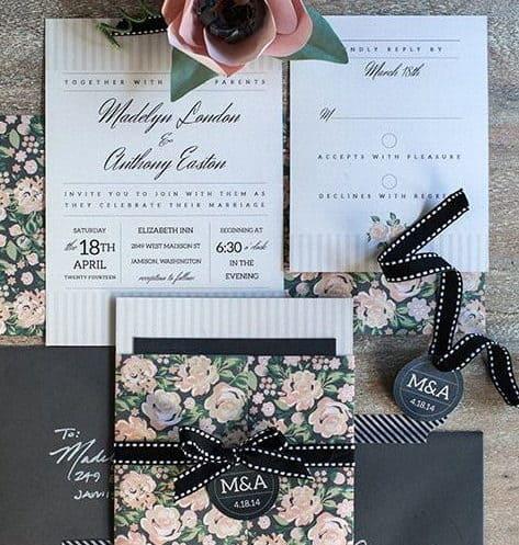 γαμήλια πρόσκληση με ρόζ τριαντάφυλλα και μαύρη κορδέλα
