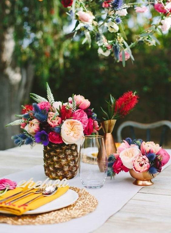 γαμήλιο δείπνο διακόσμηση τραπεζίου με ανανά και λουλούδια