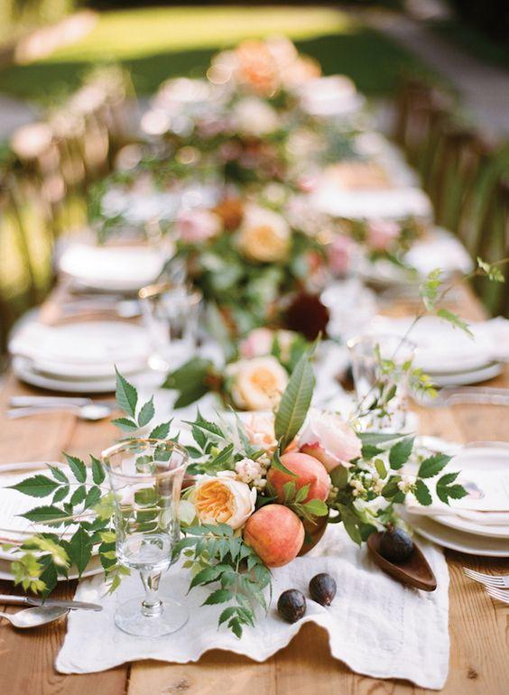 γαμήλιο δείπνο διακόσμηση τραπεζίου με τραντάφυλλα ,ροδάκινα και σύκα σε ξύλινο μπολ