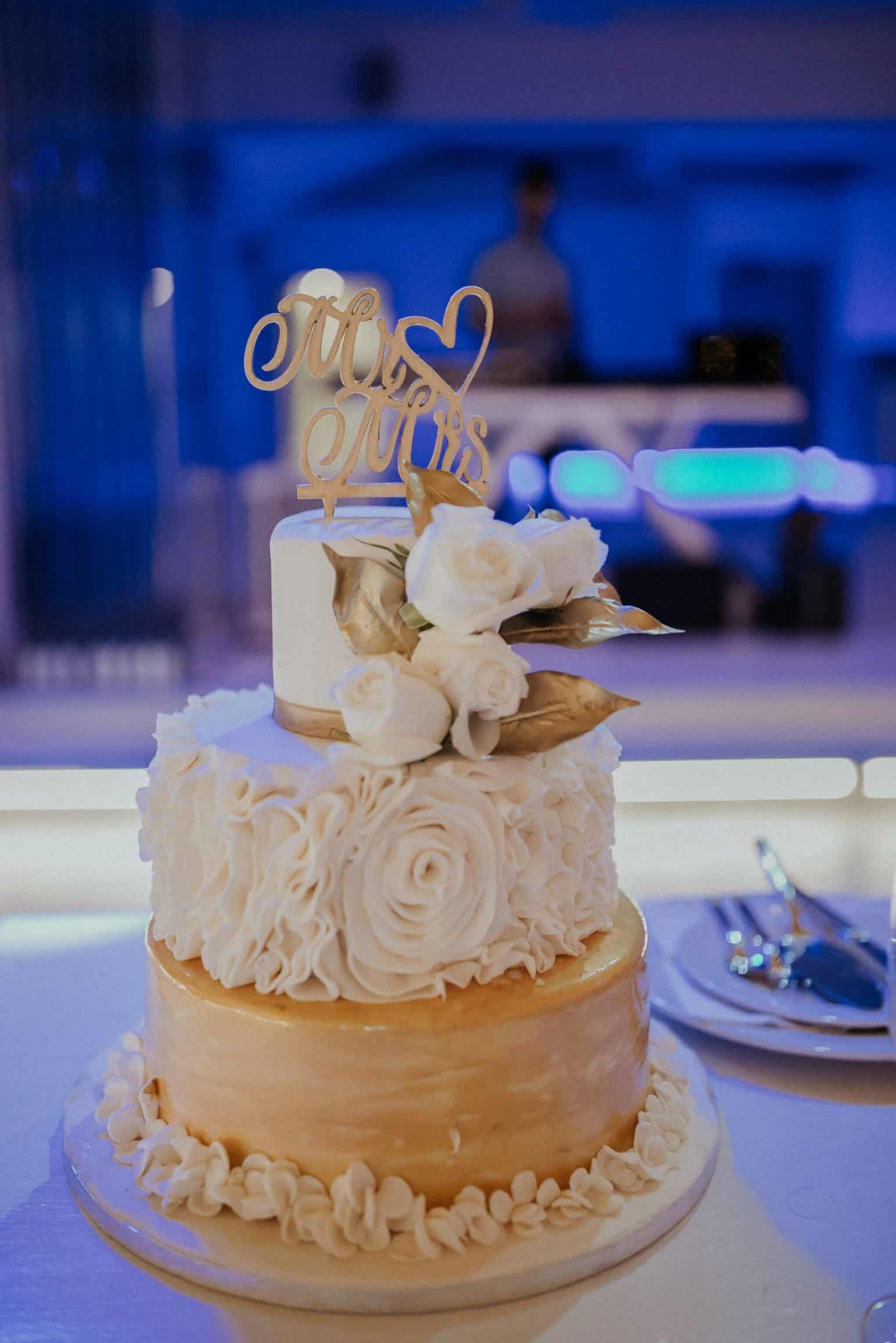 wedding cakes with white roses