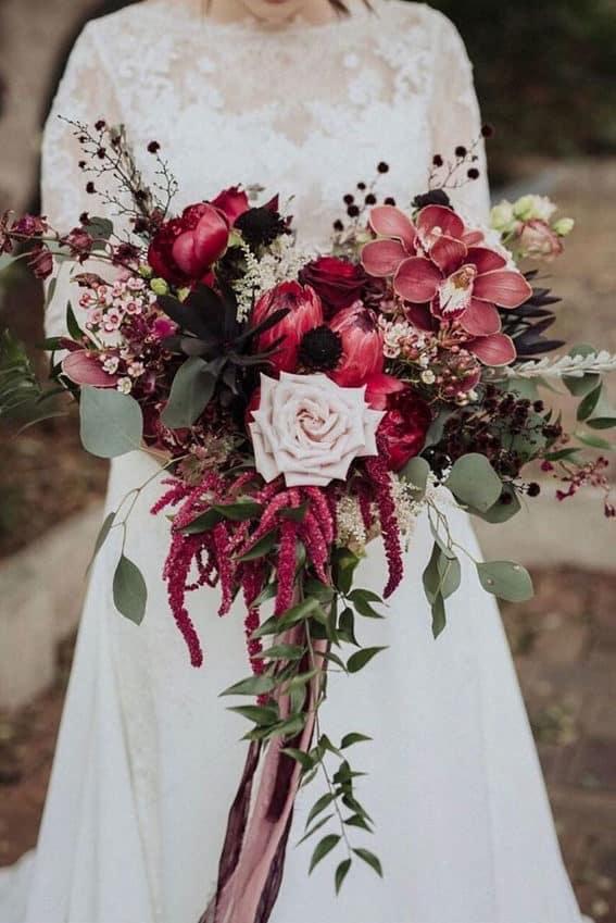 γαμήλια ανθοδέσμη σε σχήμα καταρράκτη με κόκκινα και ροζ λουλούδια