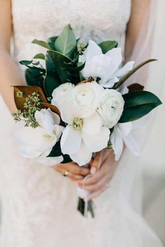 γαμήλια ανθοδέσμη με λευκα τριαντάφυλλα