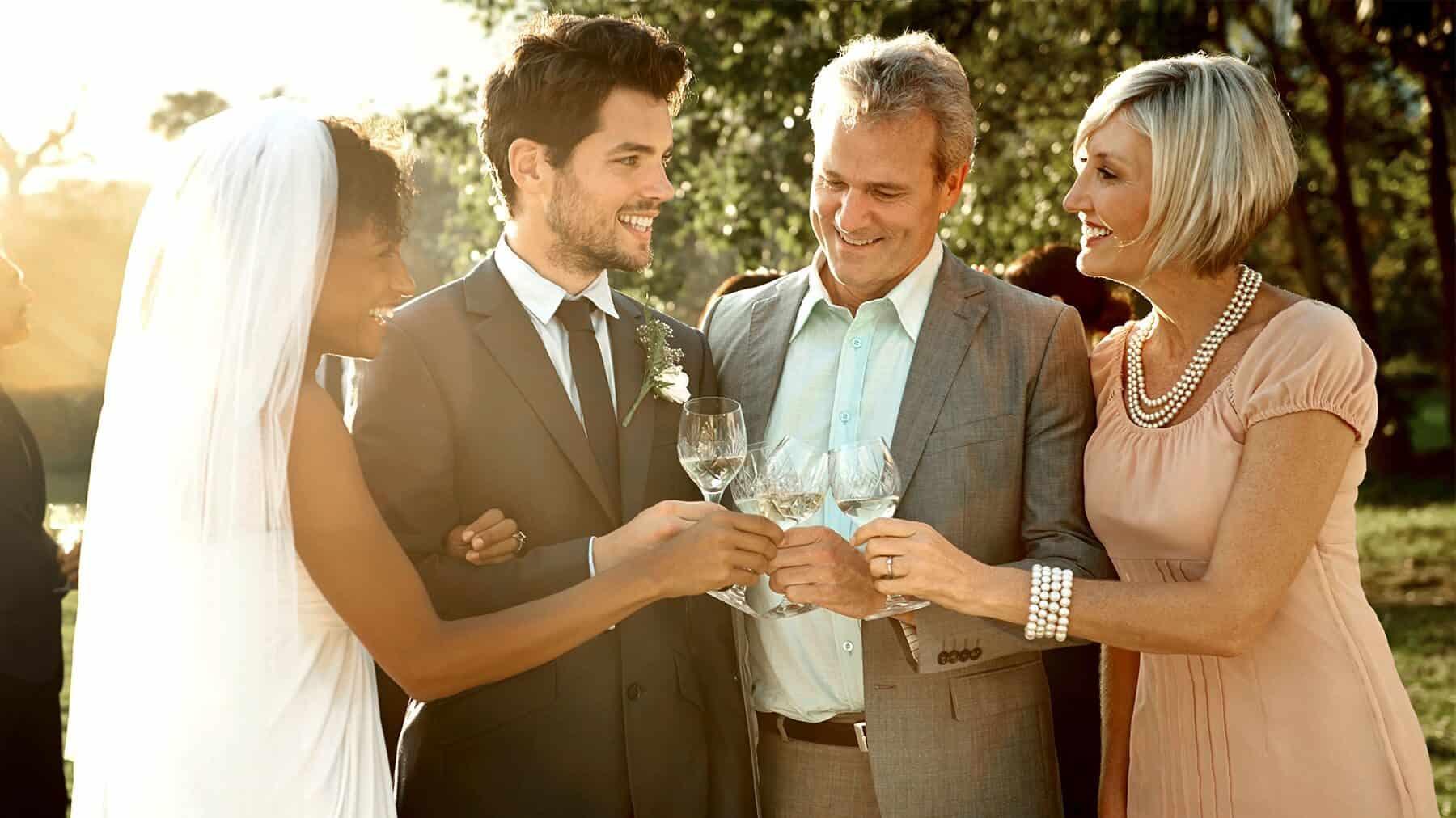 νύφη και γαμπρός δέχονται ευχές από τους γονείς τους